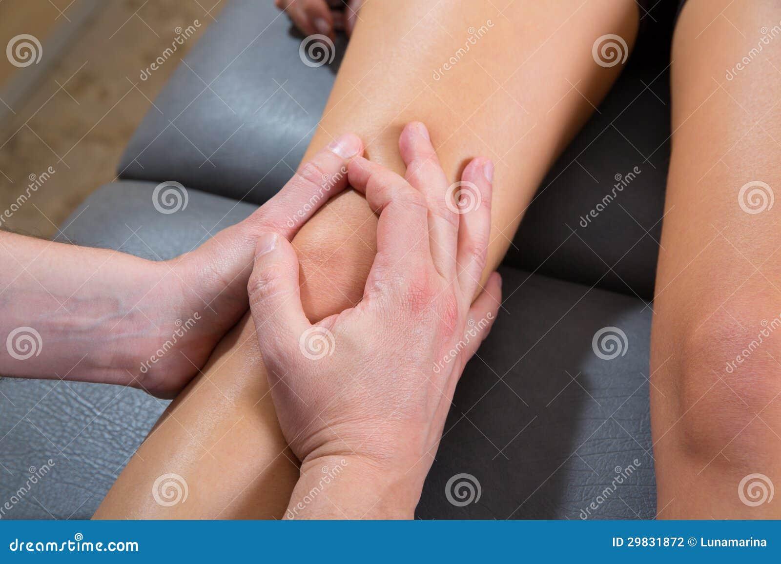 Massagem da terapia do joelho de Maitland no pé da mulher