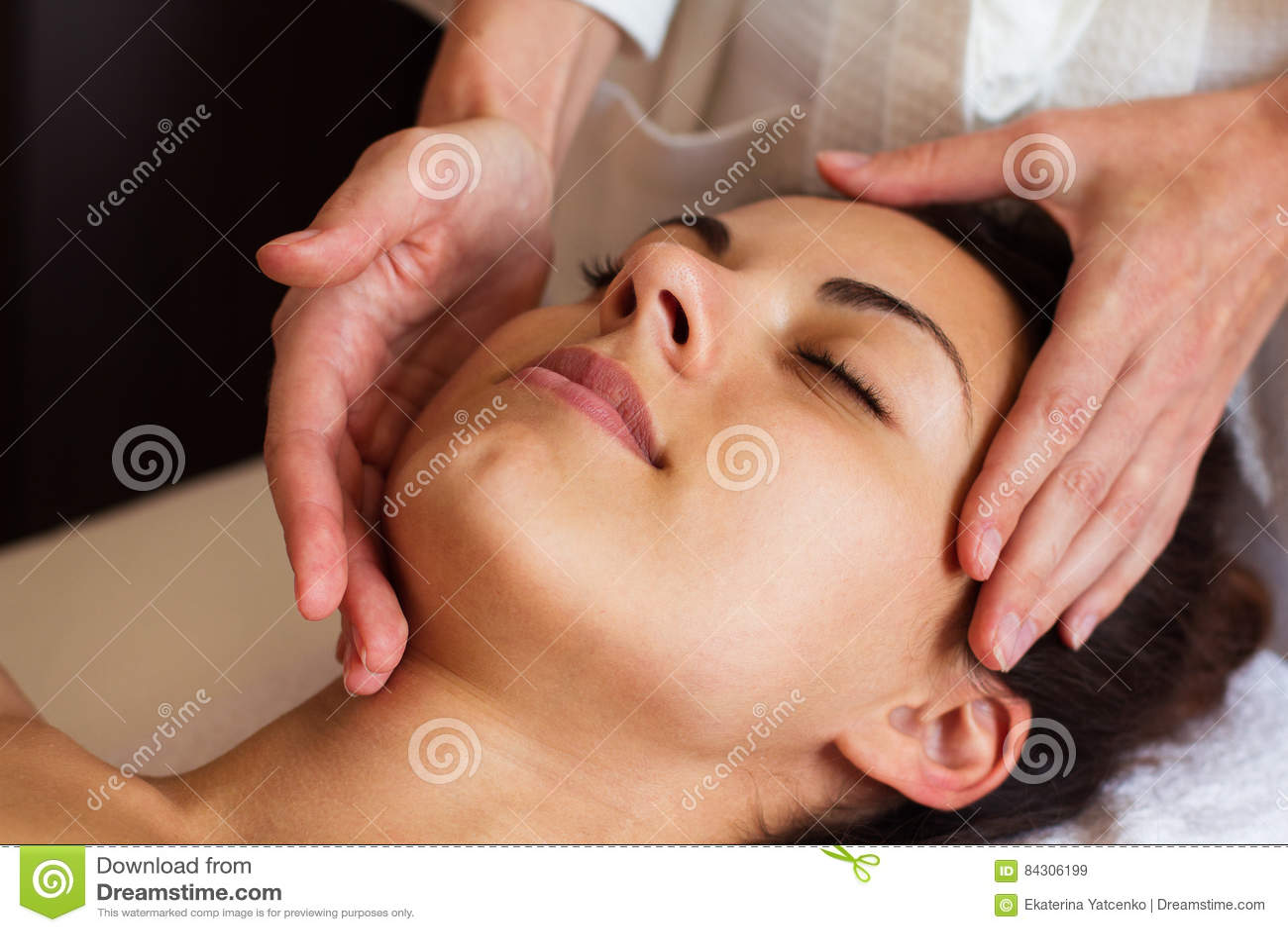 Massagem de cara Close-up de uma mulher bonita que obtém termas Treatmen