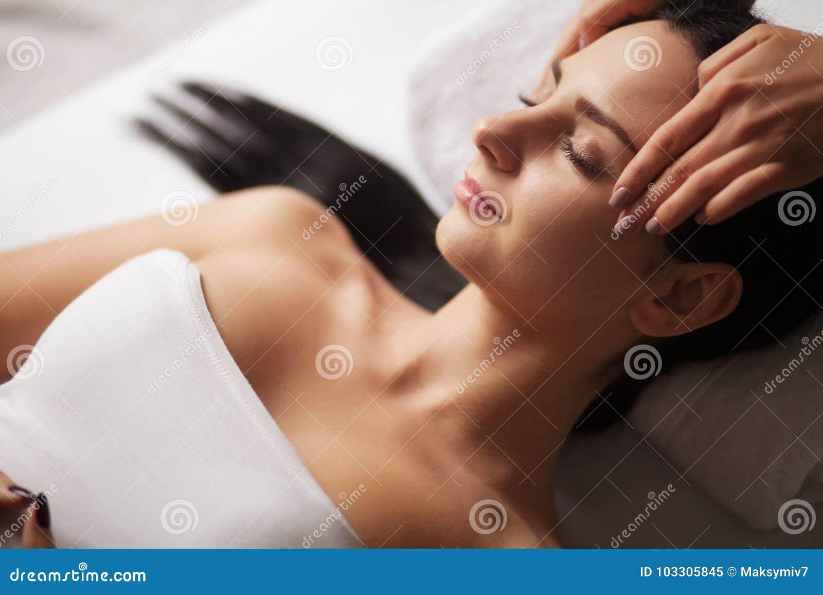 Massagem de cara dos termas Tratamento facial Salão de beleza dos termas terapia