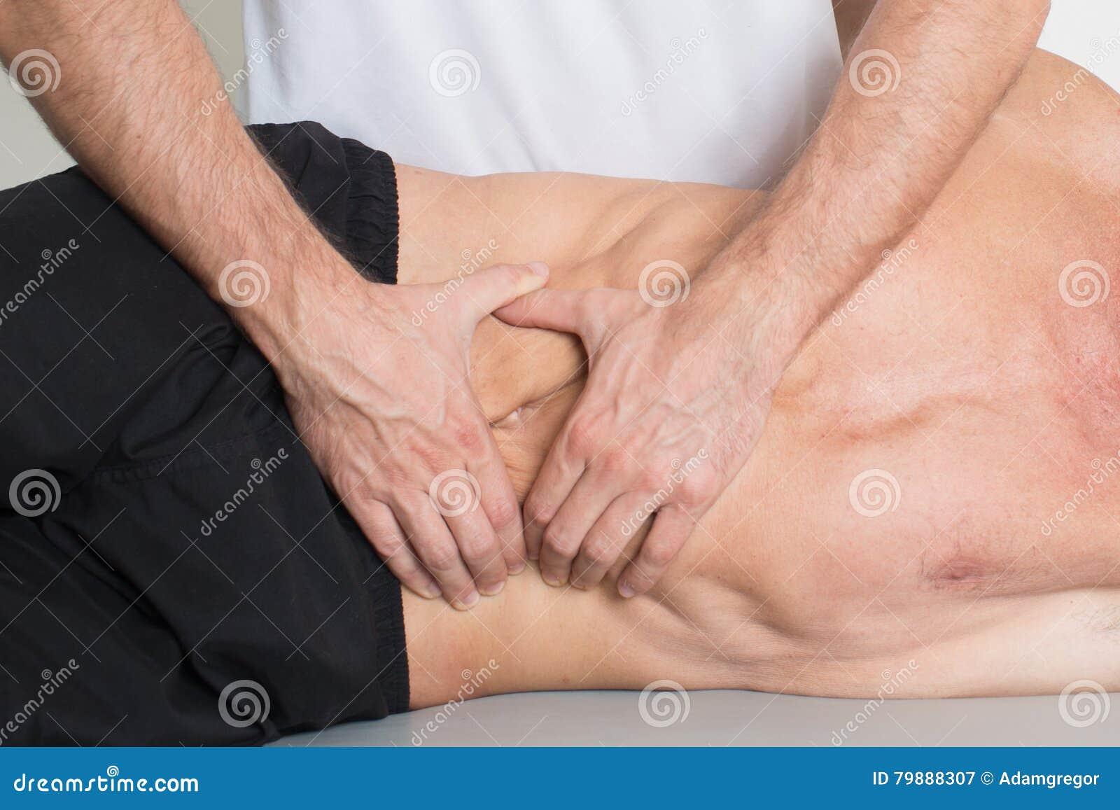 Massagem do tecido do músculo
