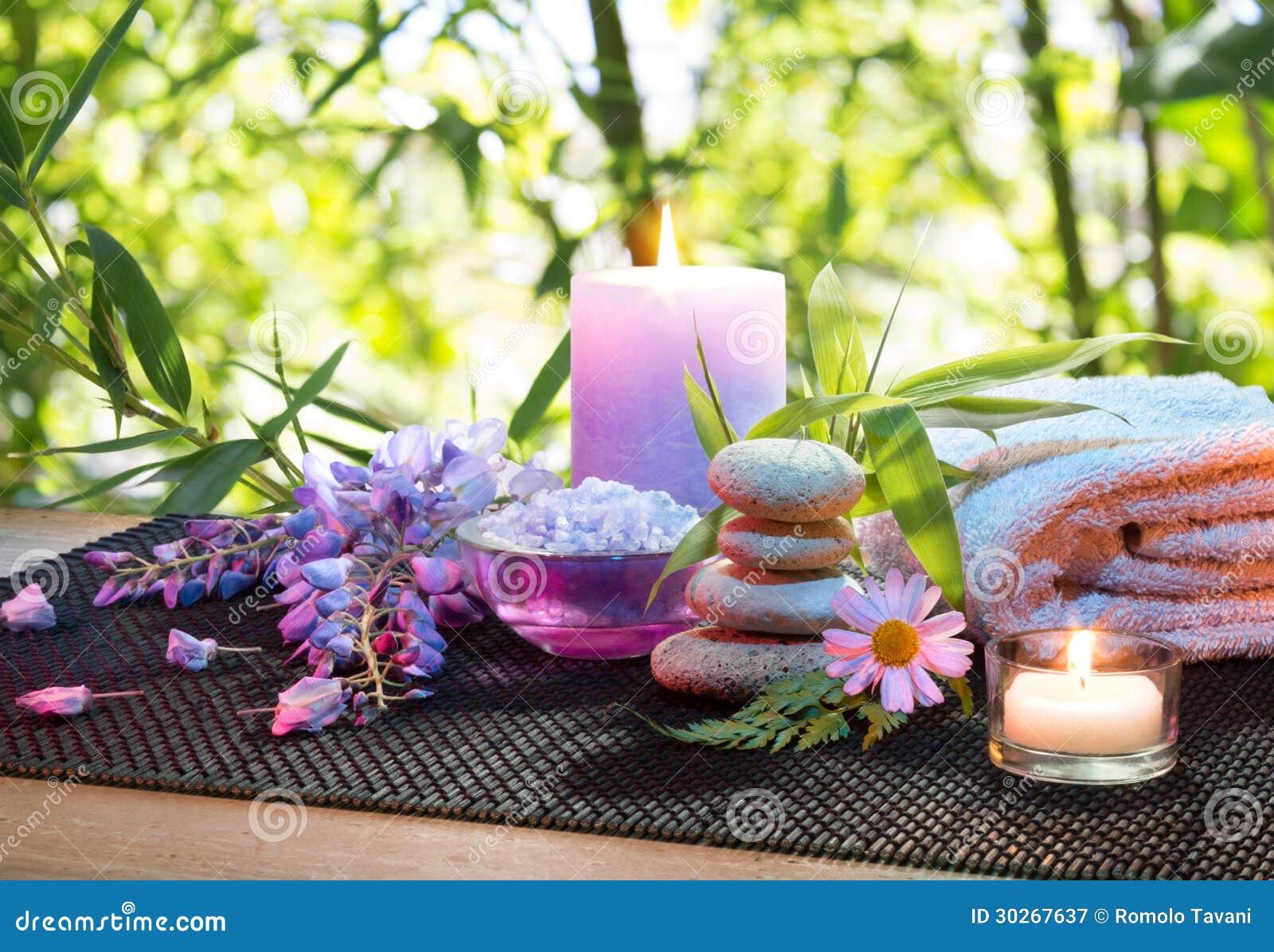Massagem No Jardim De Bambu Com Flores Velas E A Toalha