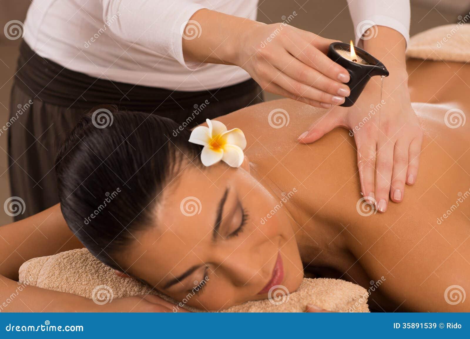 Massagem traseira em termas com
