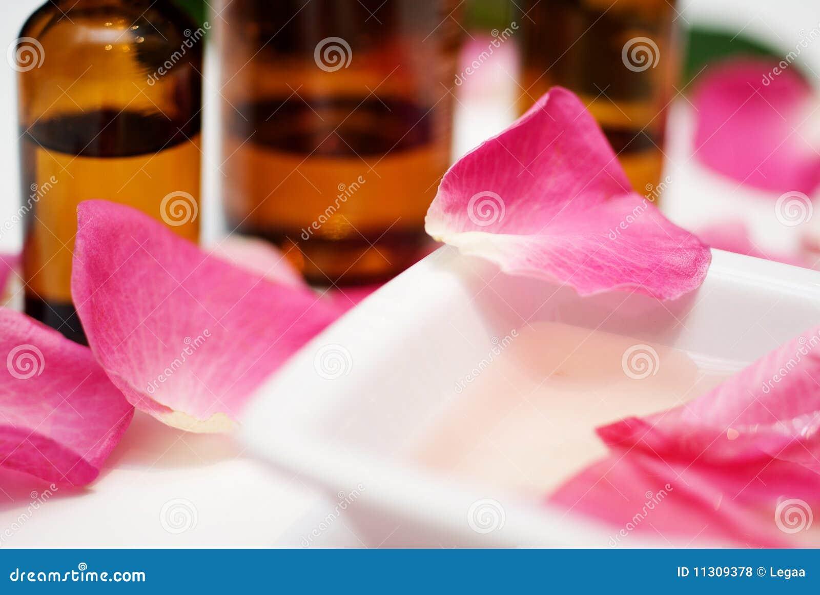 Massageschmieröl von den rosafarbenen Blumenblättern