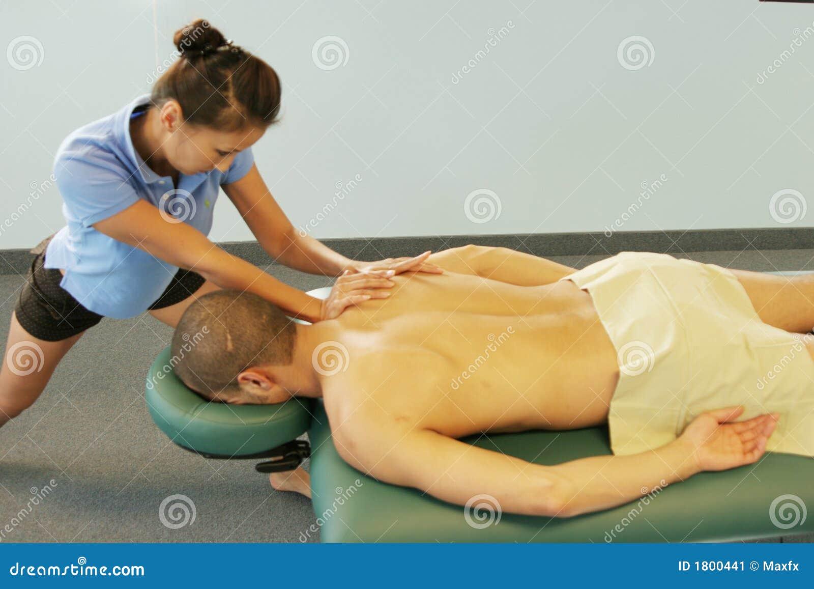 Massagetherapie - Therapeut, der rückseitige Massage gibt