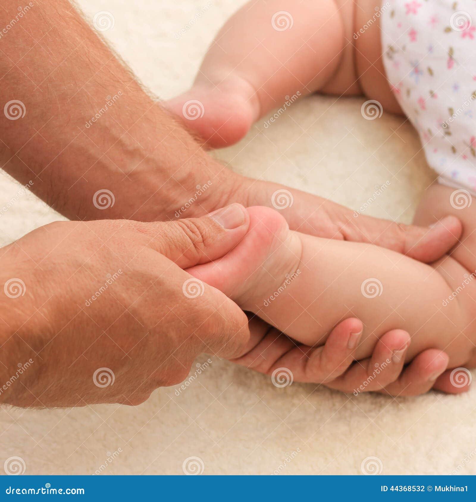 Massaggiatore che fa il piccolo bambino di massaggio