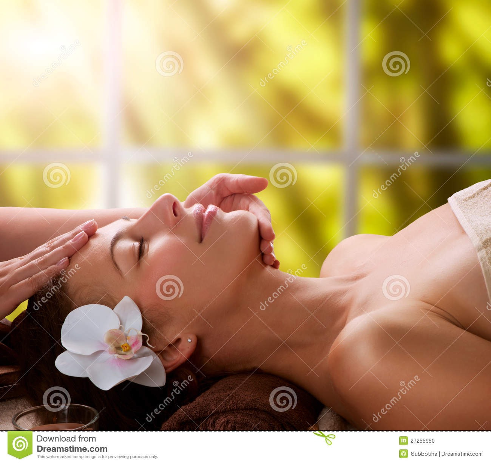 Massaggio del Facial della stazione termale