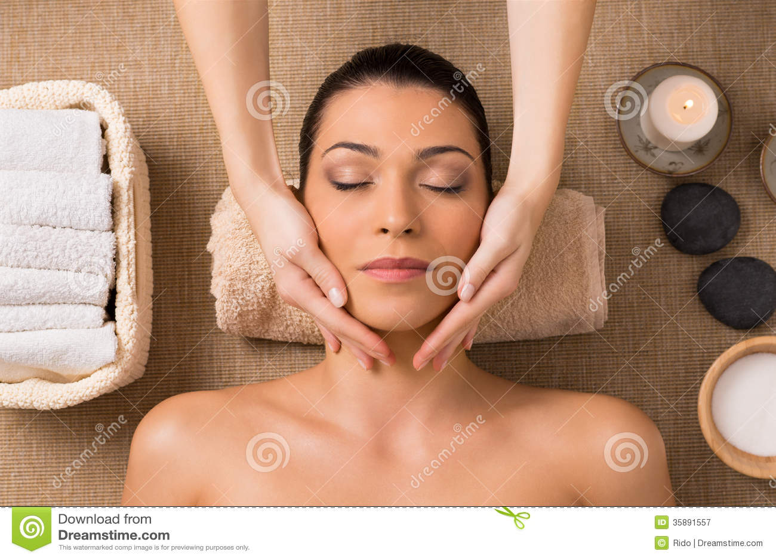 Massaggio facciale alla stazione termale