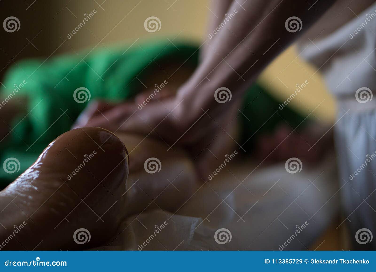 Massagista profissional que faz tecido profundo a massagem lubrificada a uma menina na sessão da massagem de Ayurveda