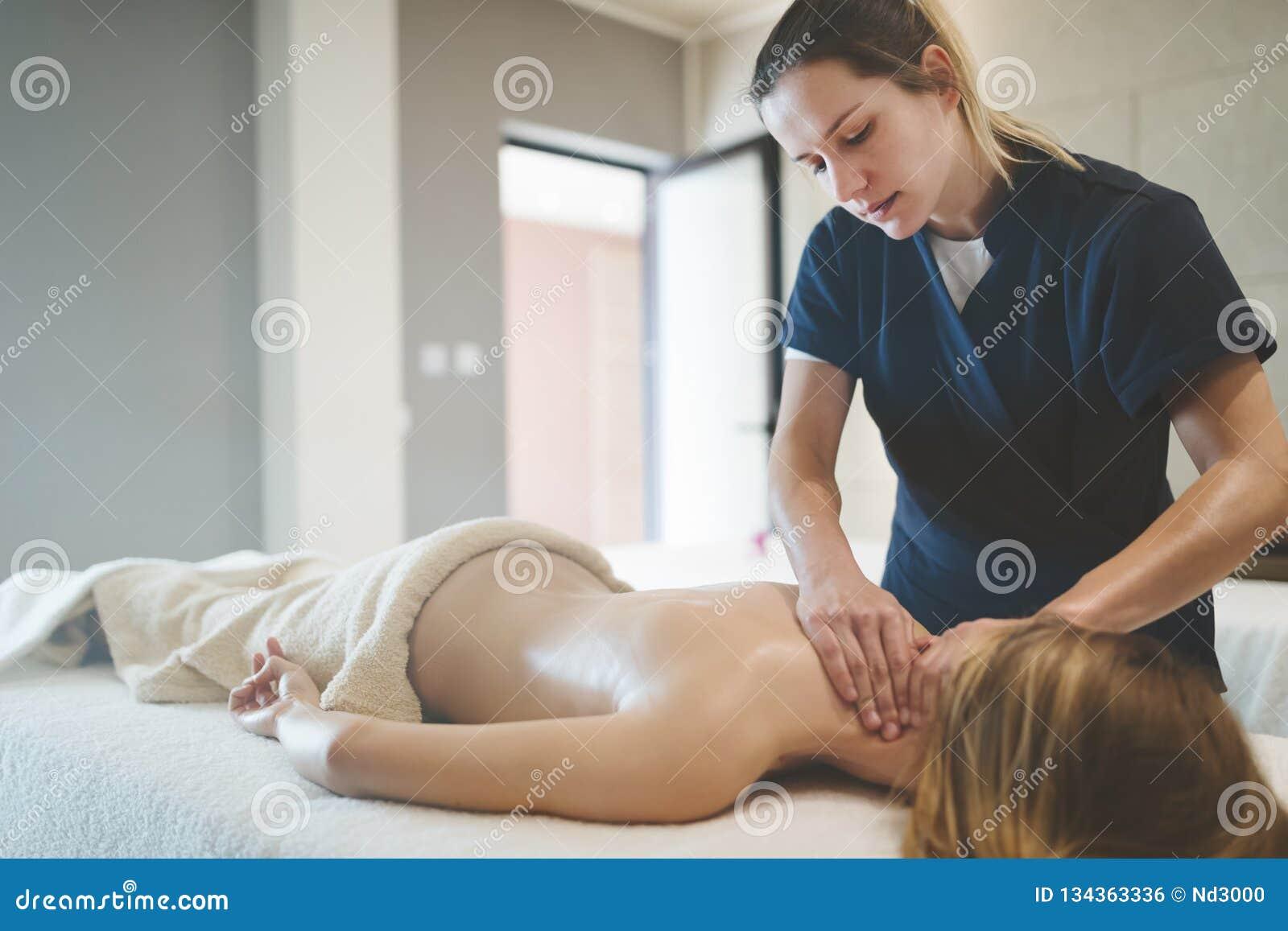 Massagista que faz massagens o pescoço e os sholders do cliente