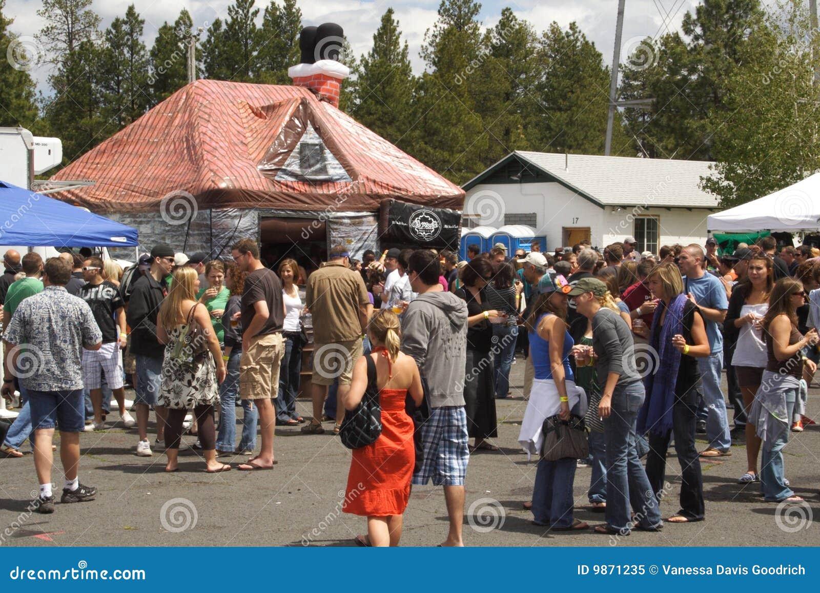 Masse an gebildet im Farbton-Bier-Festival