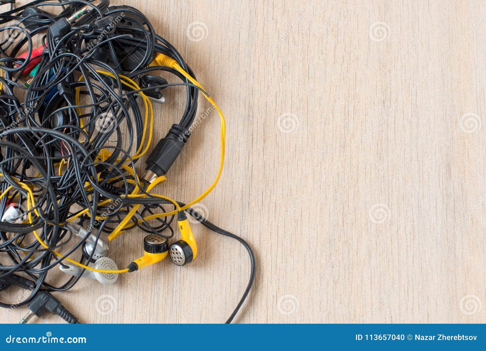Masse von Tangled herauf Drähte, Verbindungen und alte Kabel