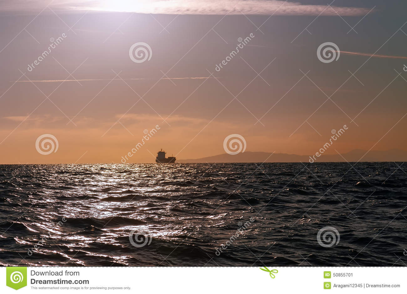 Massentransportmittelschiffssegeln im Meer
