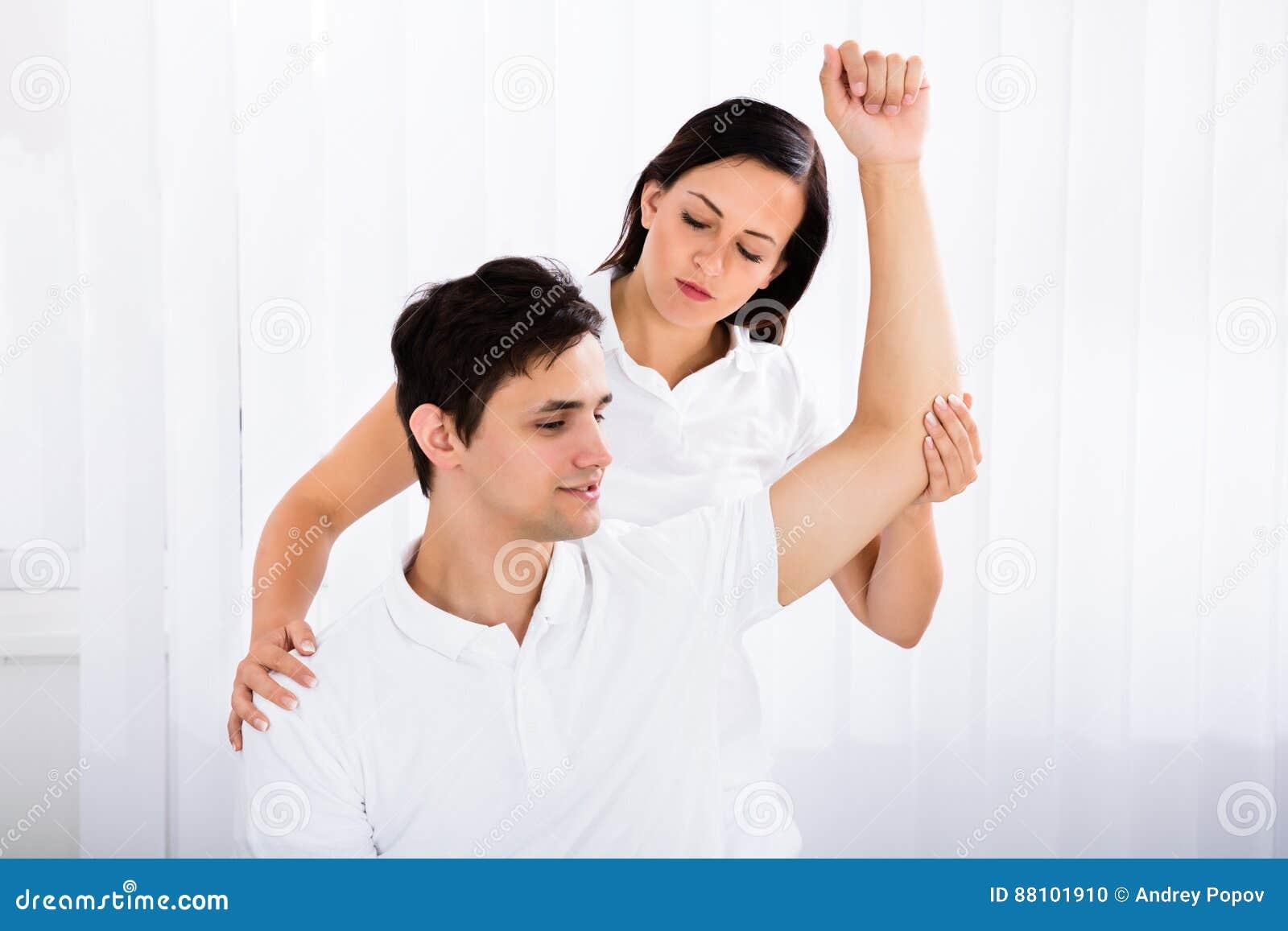 Masseur Die Massage Geven Aan De Mens Stock Foto