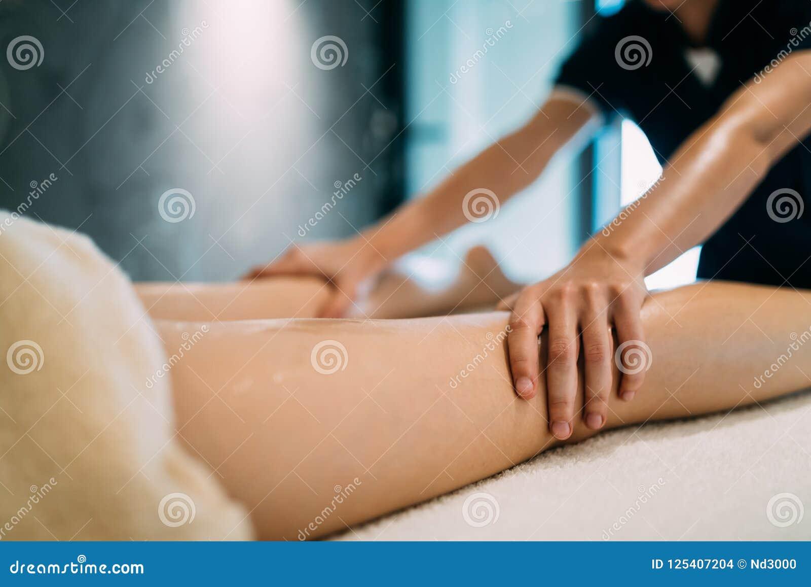 Masseur massant la masseuse pendant le tretment thérapeutique