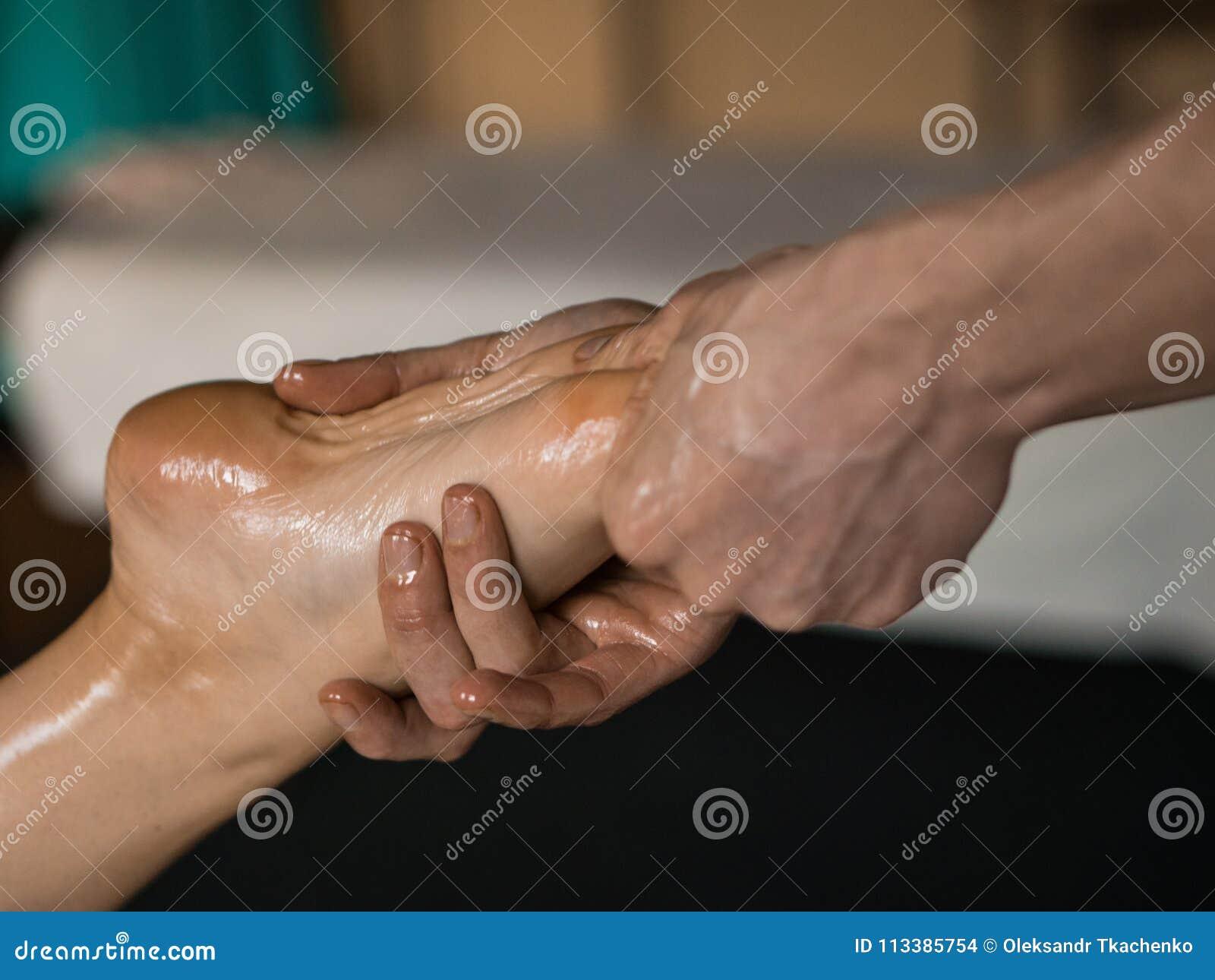 Masseur professionnel faisant le massage huilé par tissu profond à une fille à la session de massage d Ayurveda