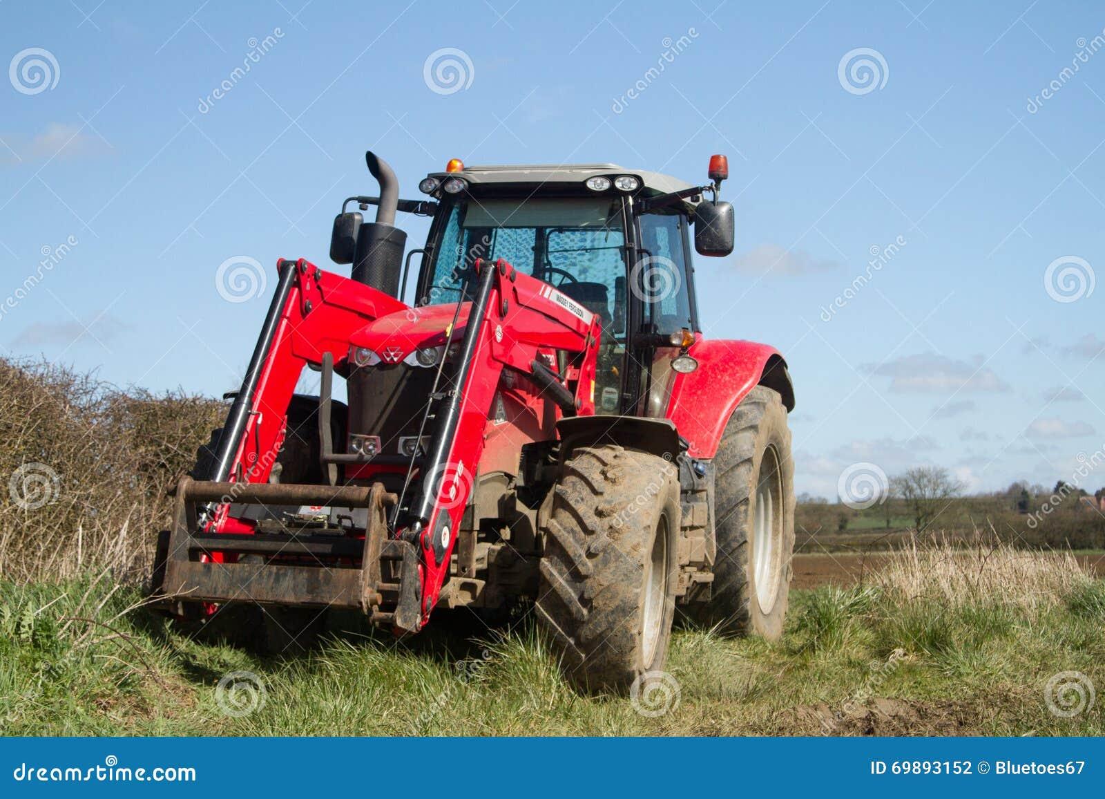 Massey Ferguson parqueado para arriba en campo