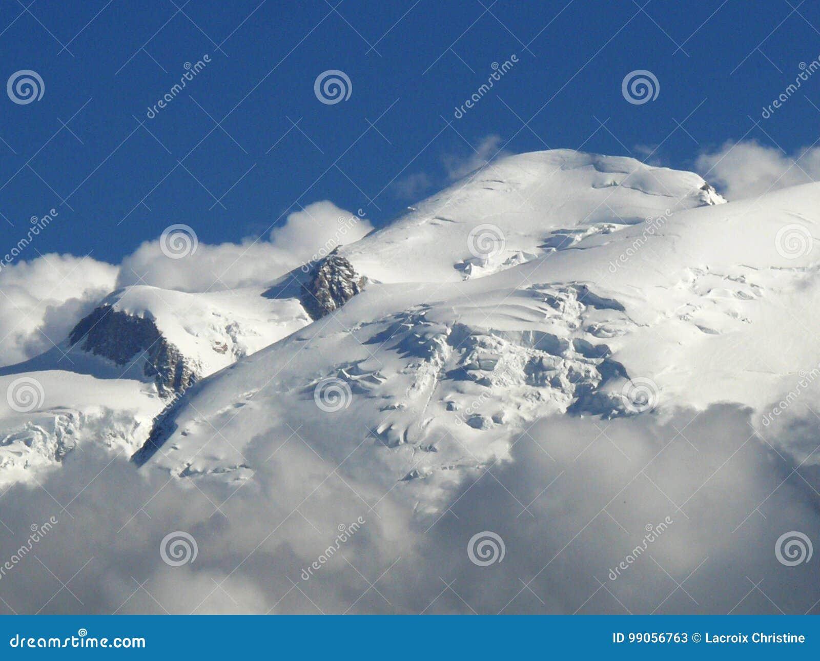 Massif de Mont Blanc sous la neige dans les Alpes français
