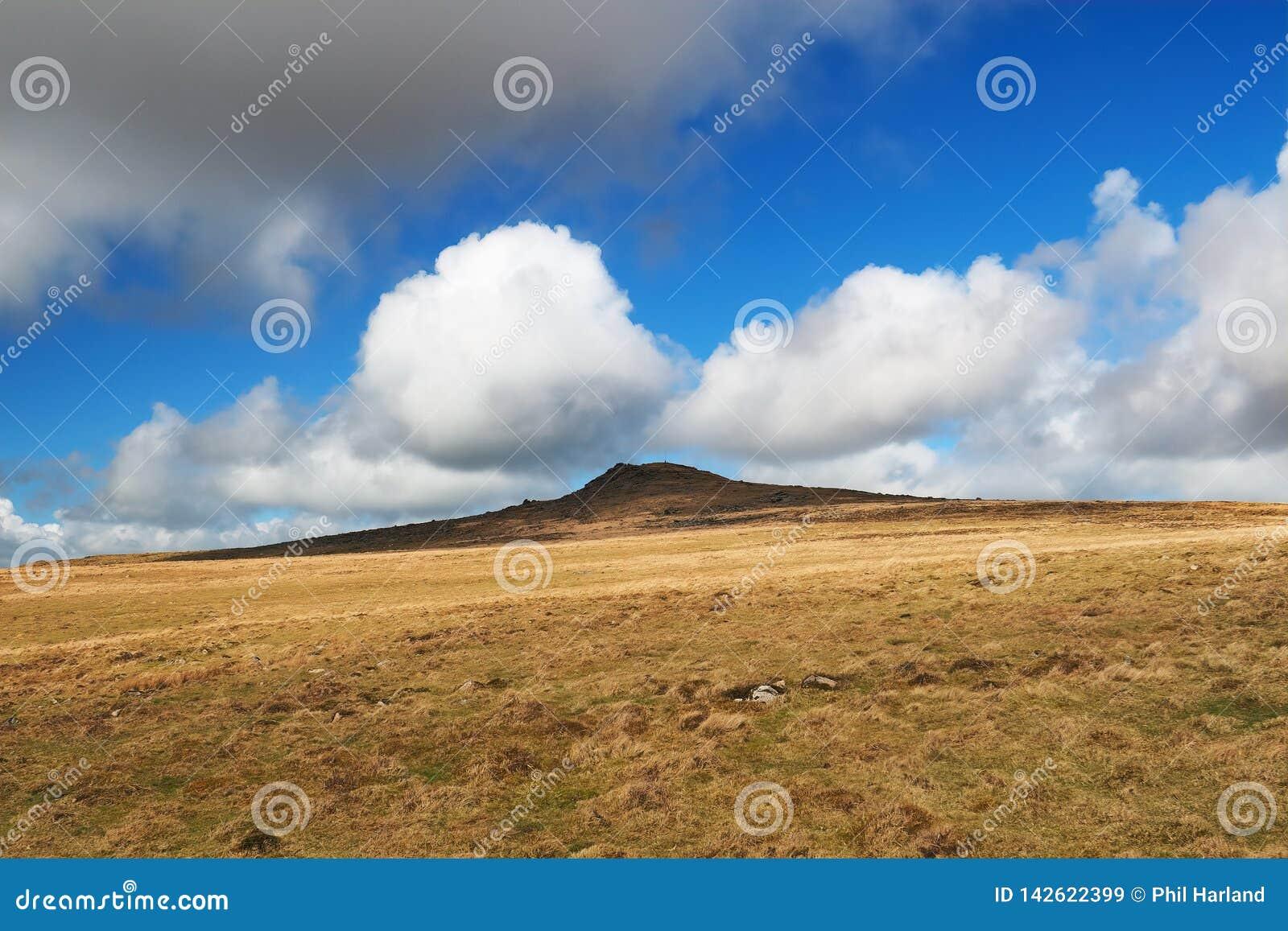 Massif de roche de lièvres contre les cumulus blancs se soulevants, parc national de Dartmoor, Devon, R-U