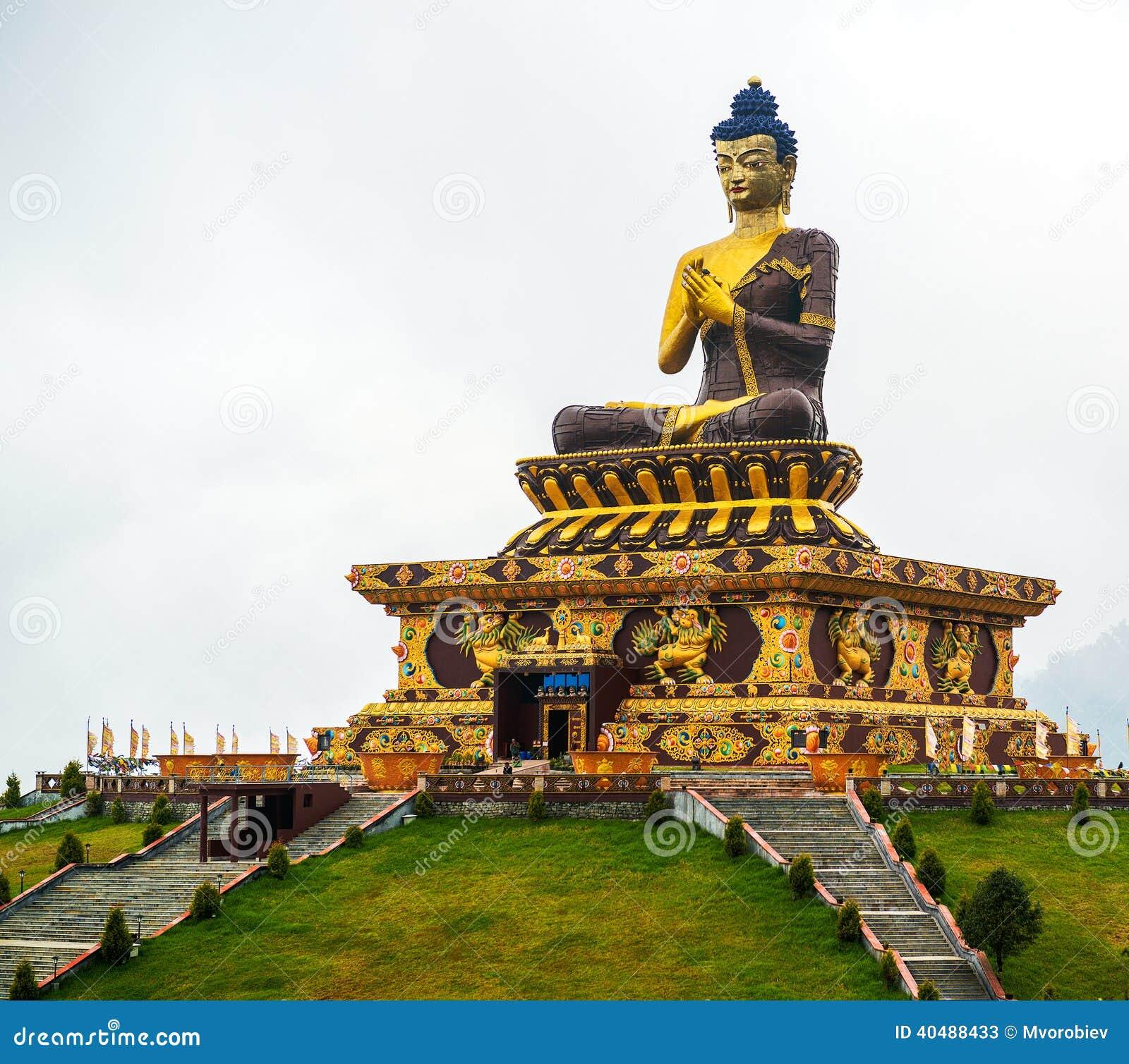 Massiv bronsstaty av Buddha i Sikkim, Indien