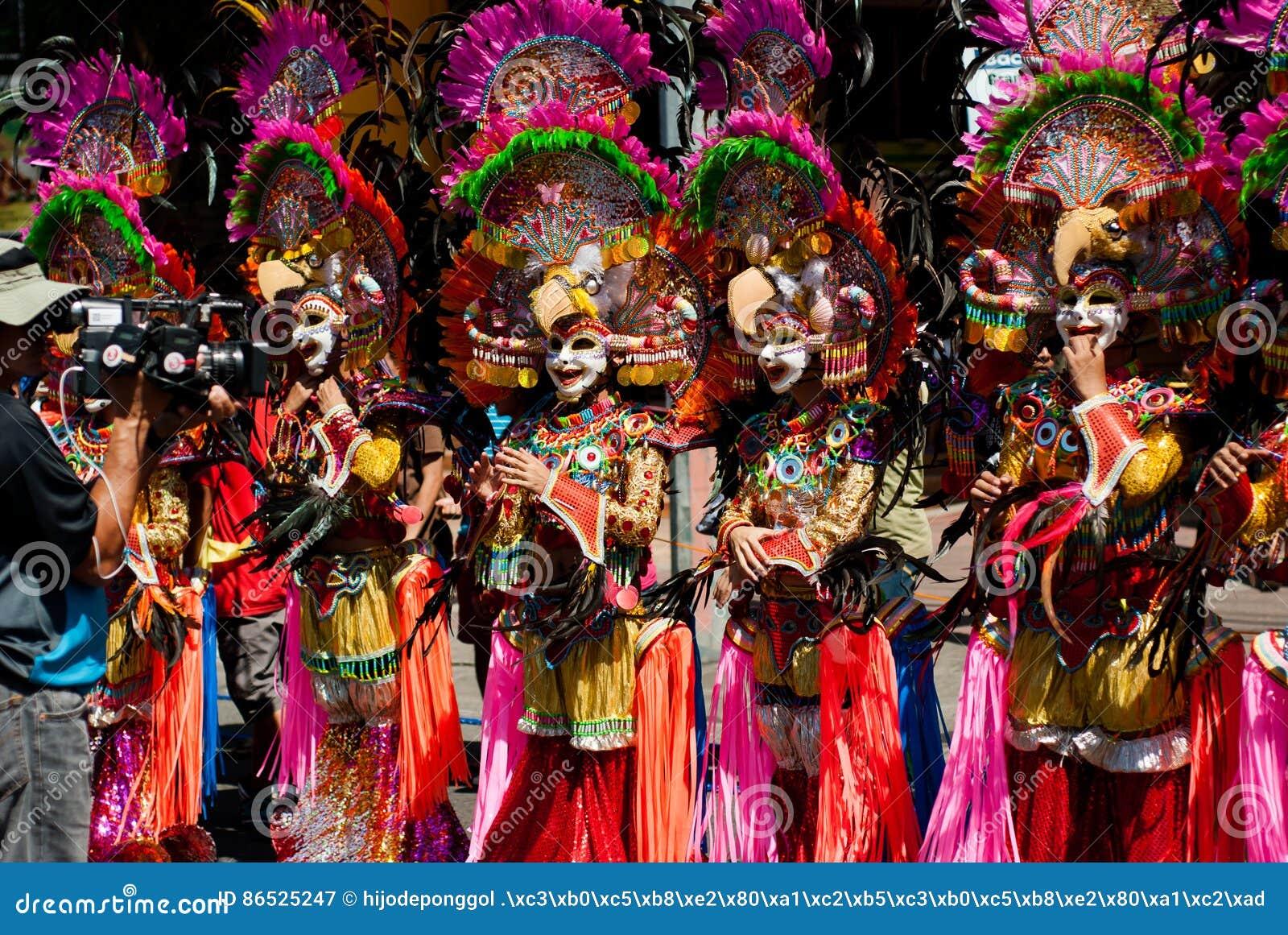 Masskara festiwalu tana parady uliczny uczestnik stawia czoło vid