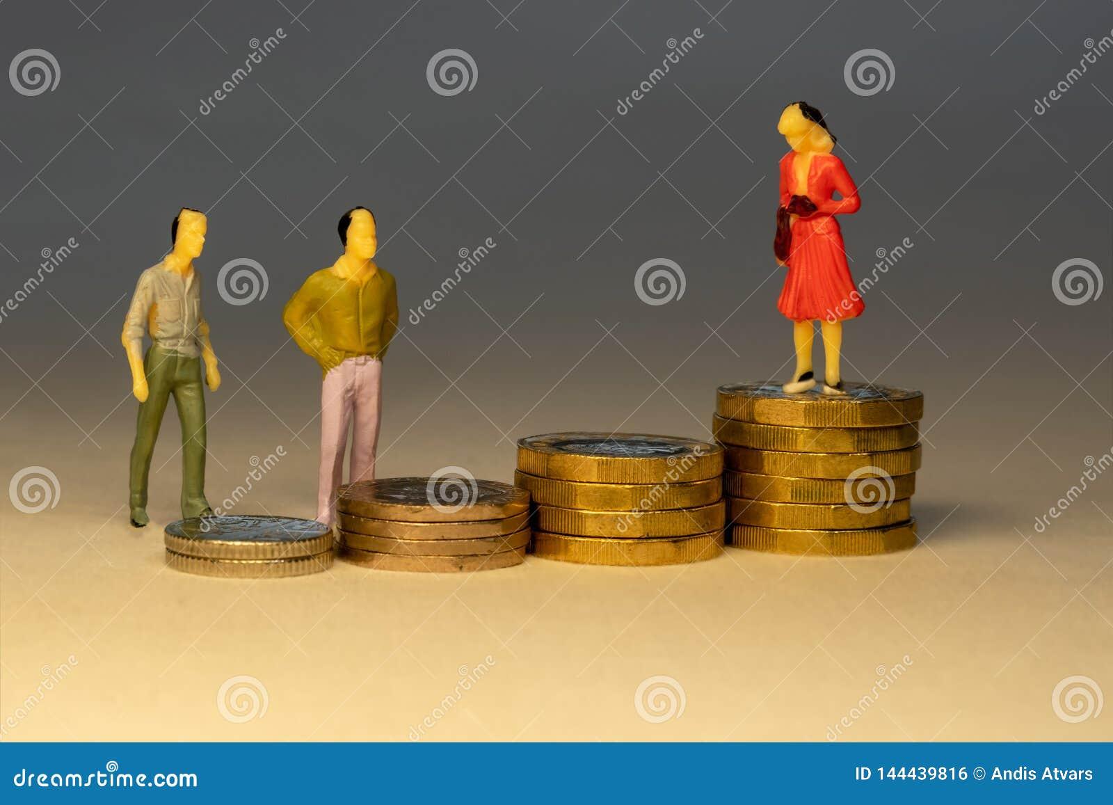 Massna som ser till affärskvinnan som överst står av ökande högar av guld- mynt Affärskarriärbegrepp