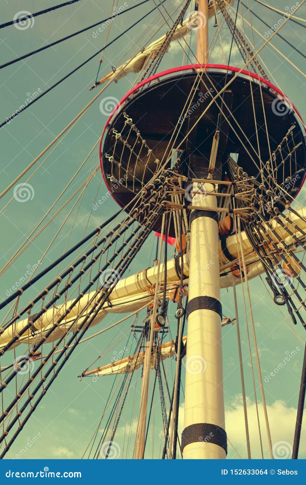 Maste und Takelung eines alten hölzernen Segelboots F?hrt Plattform des Schiffs einzeln auf