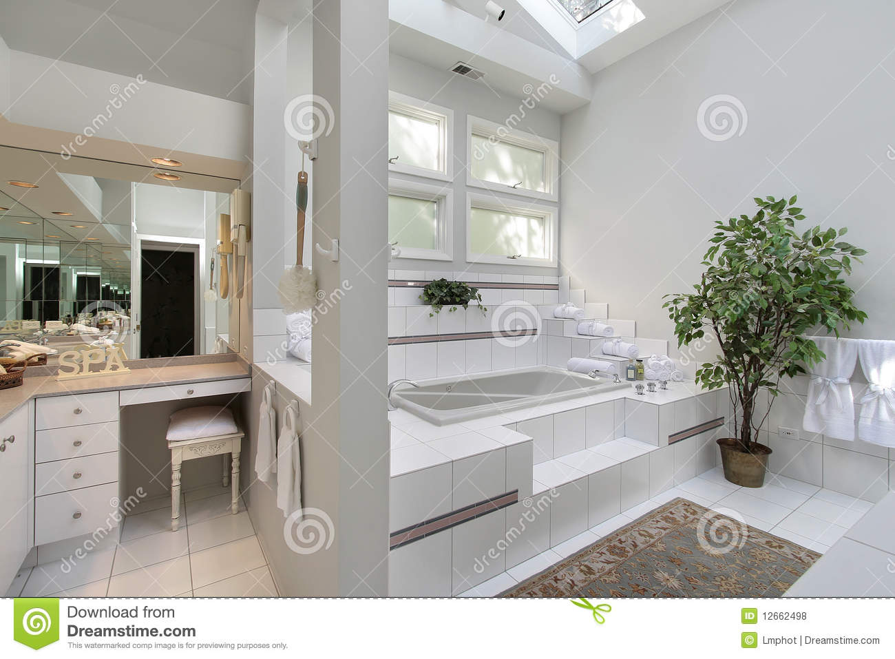 Master Bath With Step Up Tub Royalty Free Stock Photos