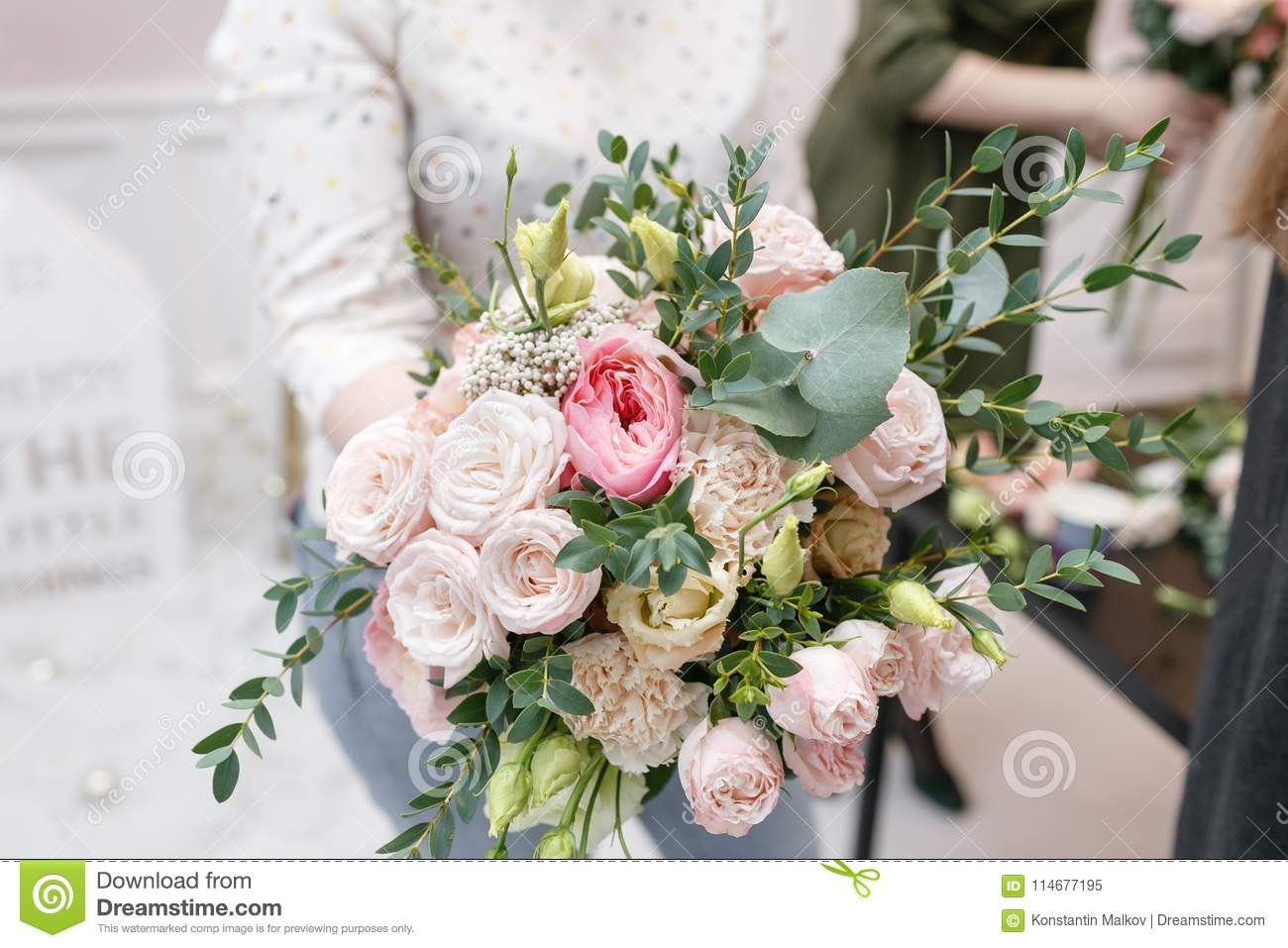 Master class on making bouquets spring bouquet learning flower master class on making bouquets spring bouquet learning flower arranging making beautiful bouquets with your own hands izmirmasajfo