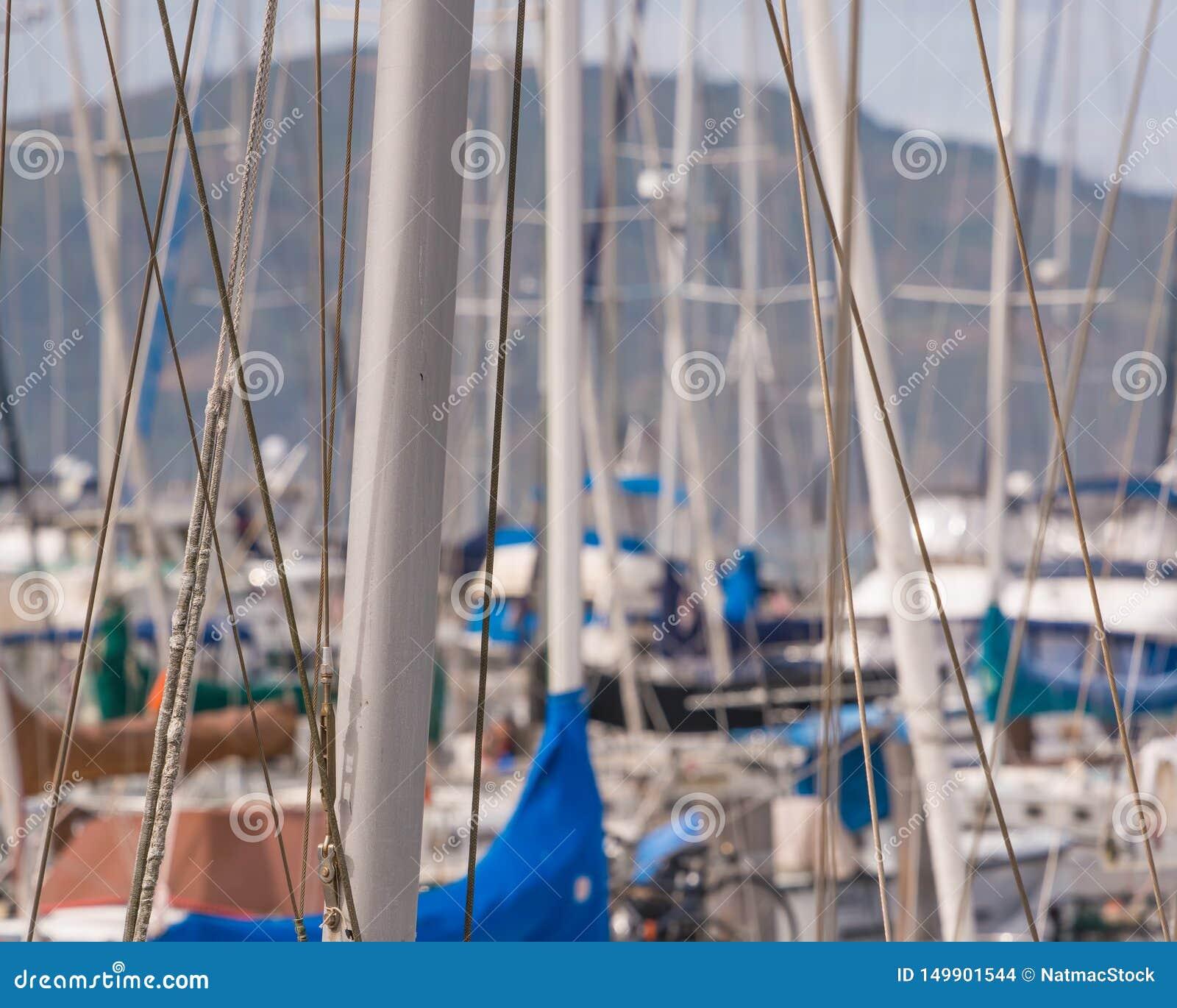 Mastros do barco na área do cais do pescador de San Francisco