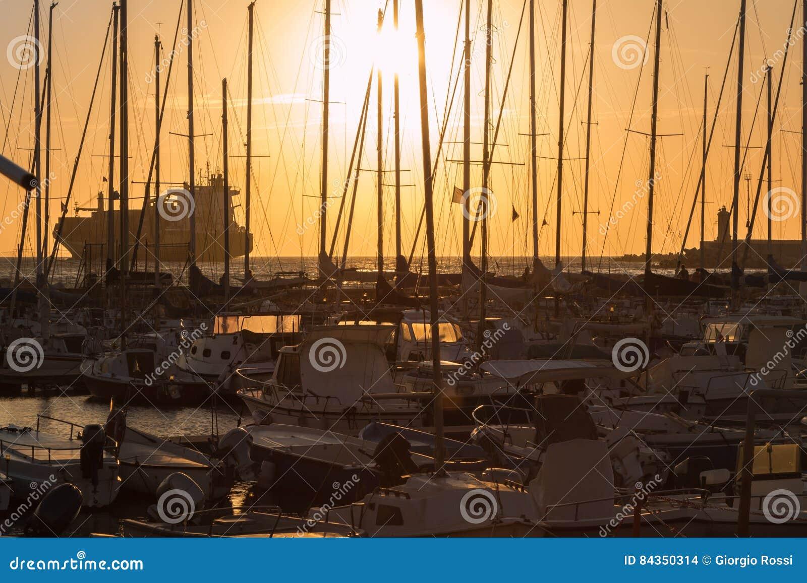 Mastros do ` s do barco de navigação: Beira-mar da doca