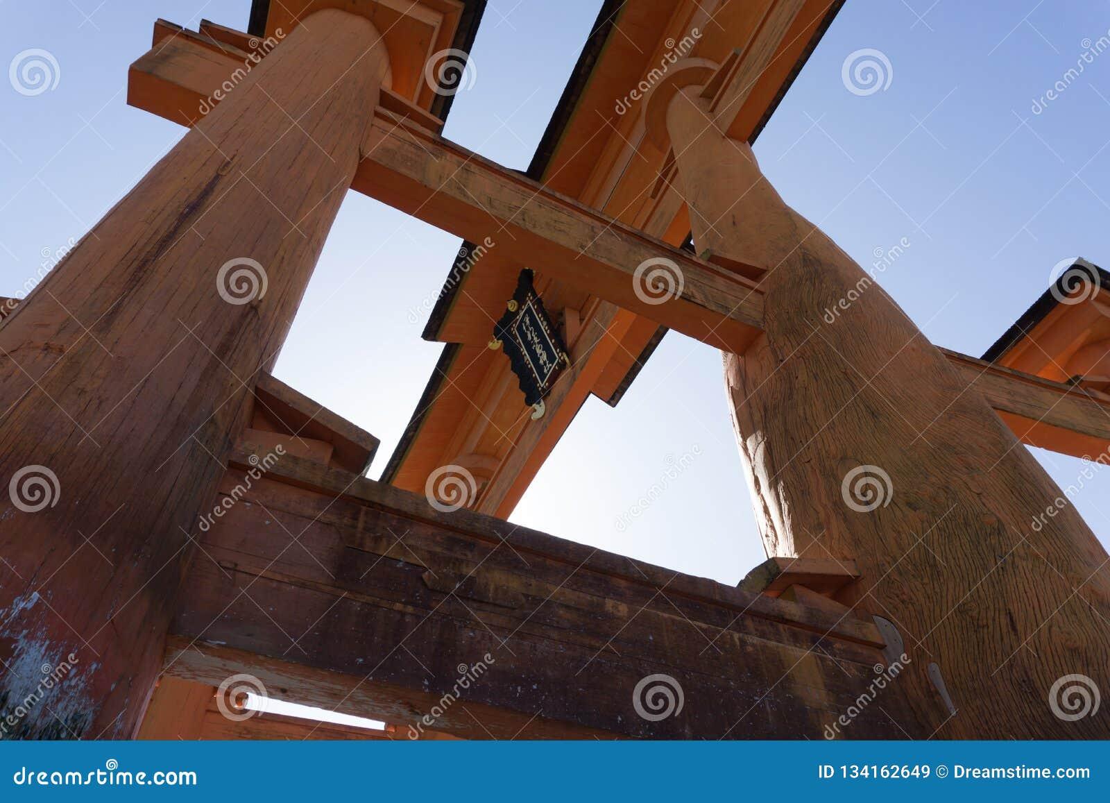 Masywna Itsukushima torii spławowa brama