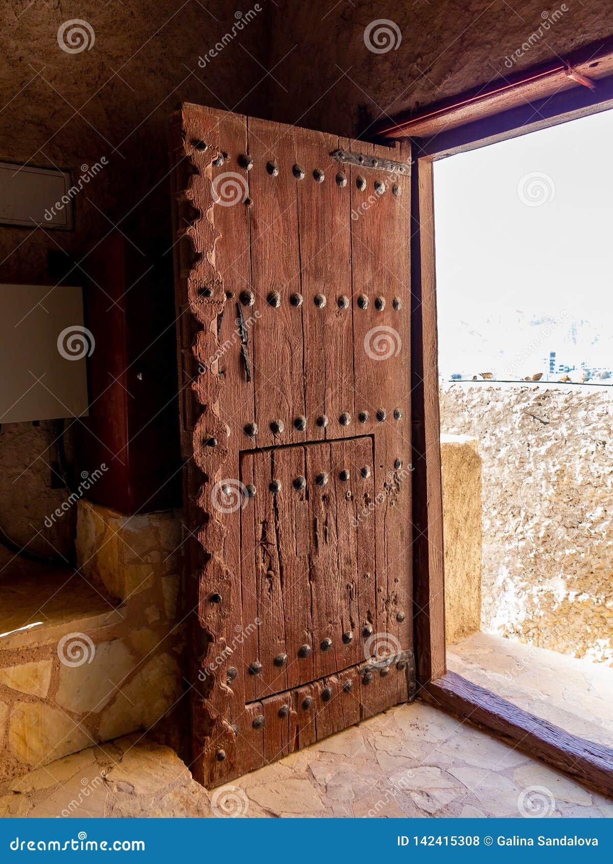 Masywny antykwarski drzwi w forcie Muttrah w muszkacie kapitał Oman