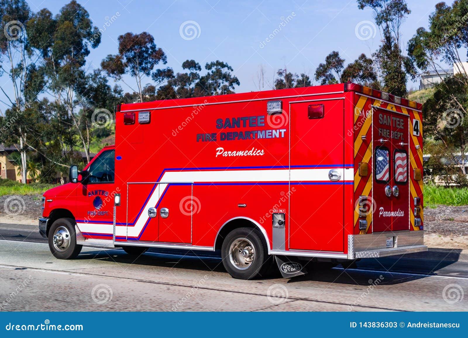 Maszeruje 19 2019 Santee, CA, usa,/- Pożarniczy Deparment sanitariuszów pojazdu jeżdżenie na ulicie
