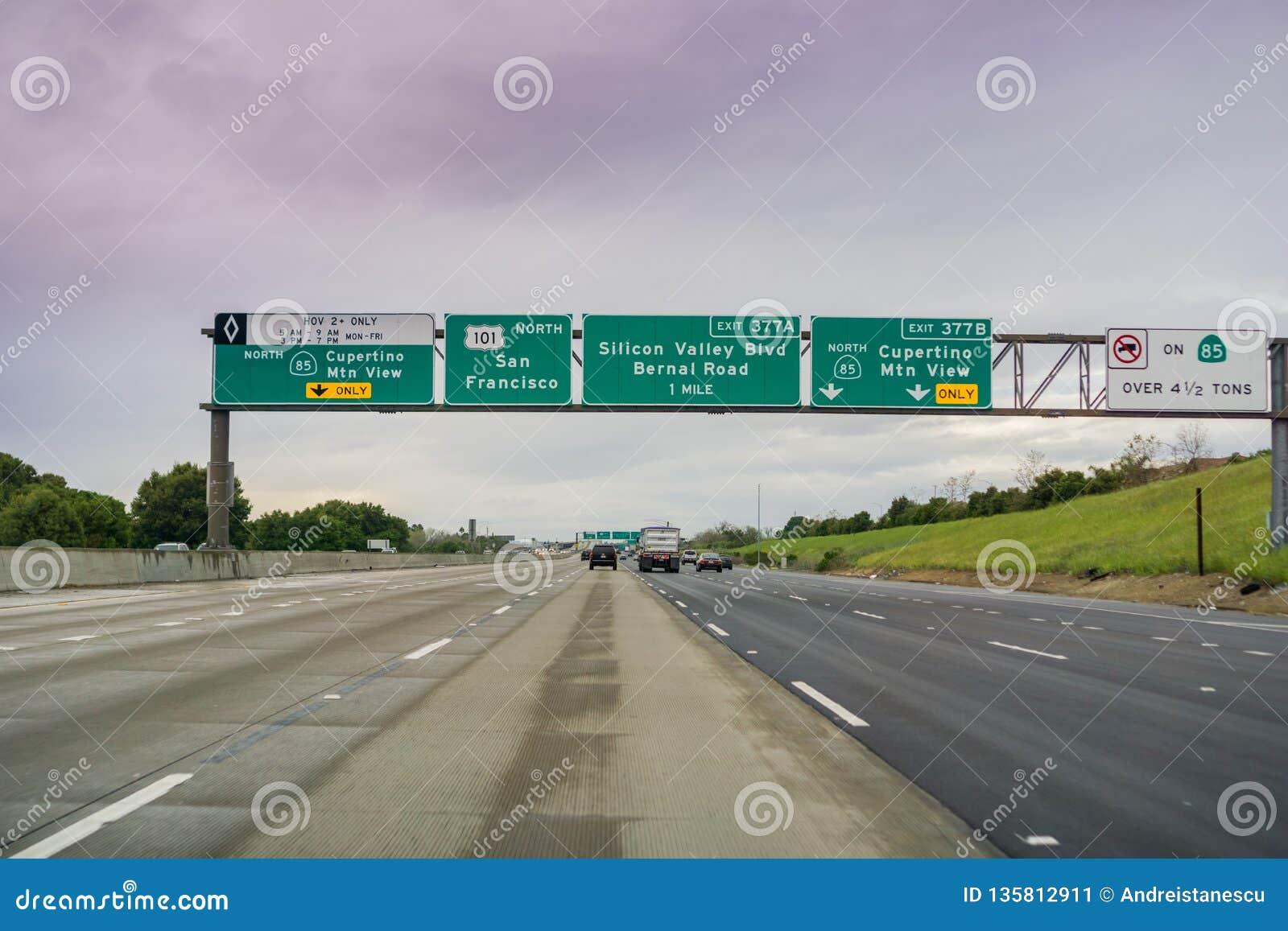 Maszeruje 20, 2017 Zbliżać się autostrady wymianę na chmurnym dniu - San Jose/CA/USA -