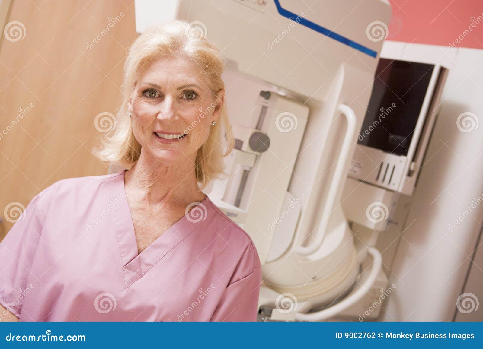 Maszynowy mammografiego pielęgniarki portret