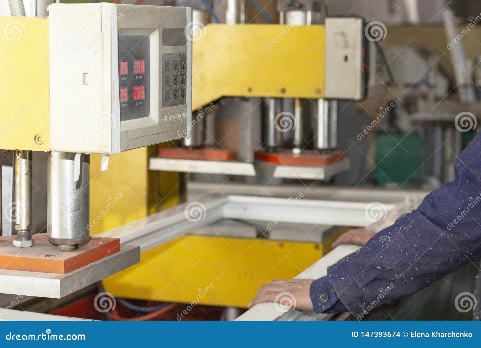 Maszynowy zgromadzenie plastikowe nadokienne ramy przy fabryczn? manufaktur? plastikowi okno