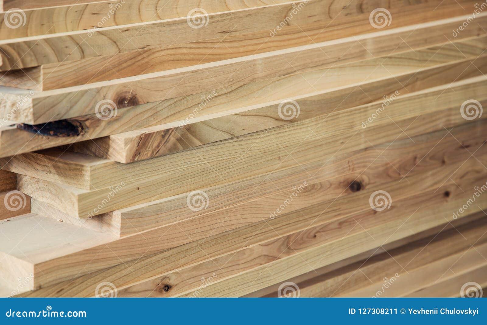 Matériau de construction en bois de bois de construction pour le fond et la texture Détaille la production de bois produits en bo