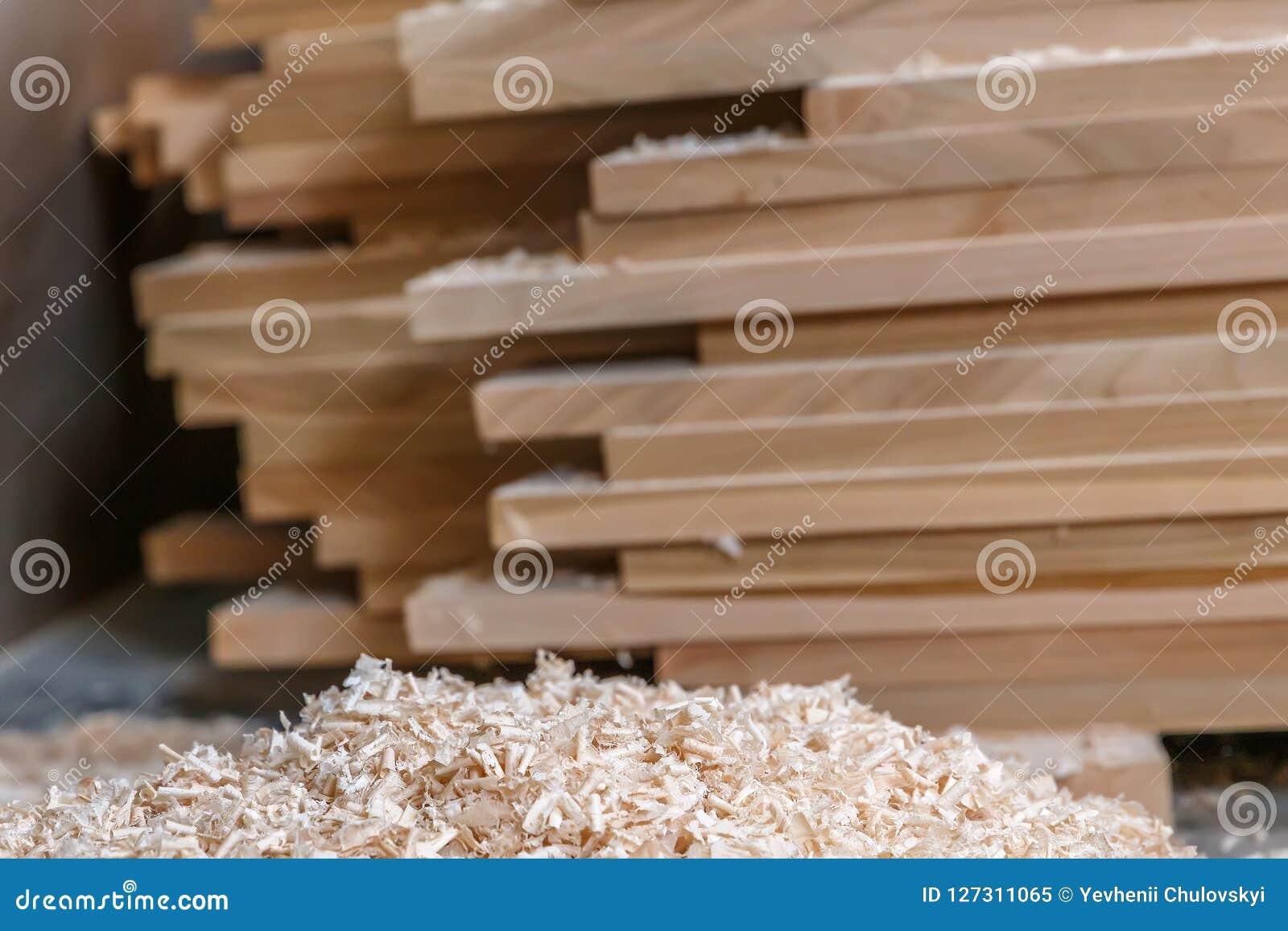 Matériau de construction en bois de bois de construction pour le fond et la texture Fin vers le haut copeaux en bois et pile de b