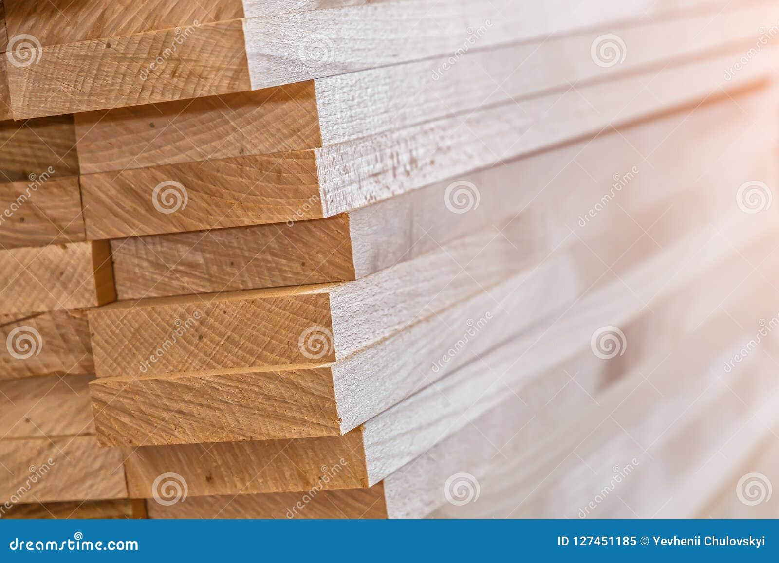 Matériau de construction en bois de bois de construction pour le fond et la texture Fin vers le haut Pile de barres en bois Petit