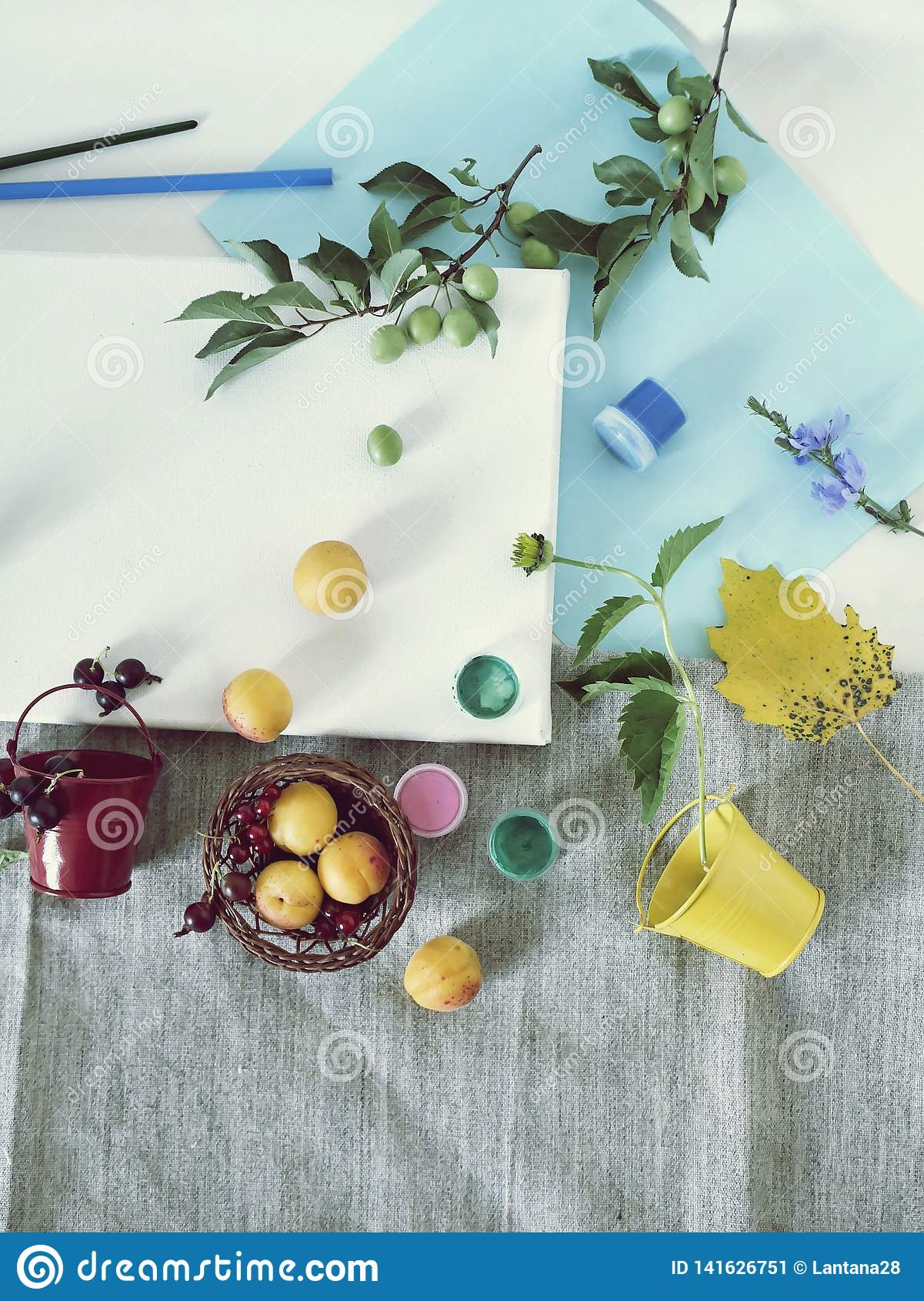 Matériaux d art, peintures, brosses, crayons colorés, toile blanche, fleurs et fruits sur un fond clair, vue supérieure, concept