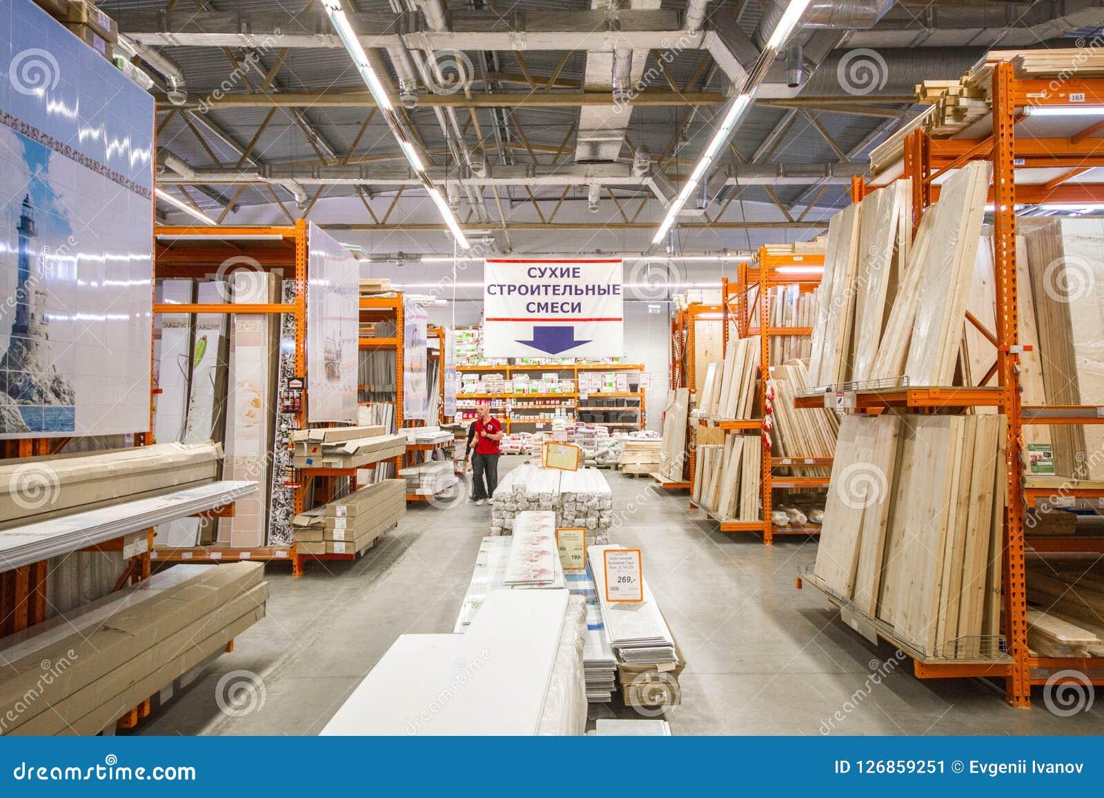 Matériaux de construction dans le magasin de matériel Les gens recherchent des matériaux de finissage pour des réparations dans l