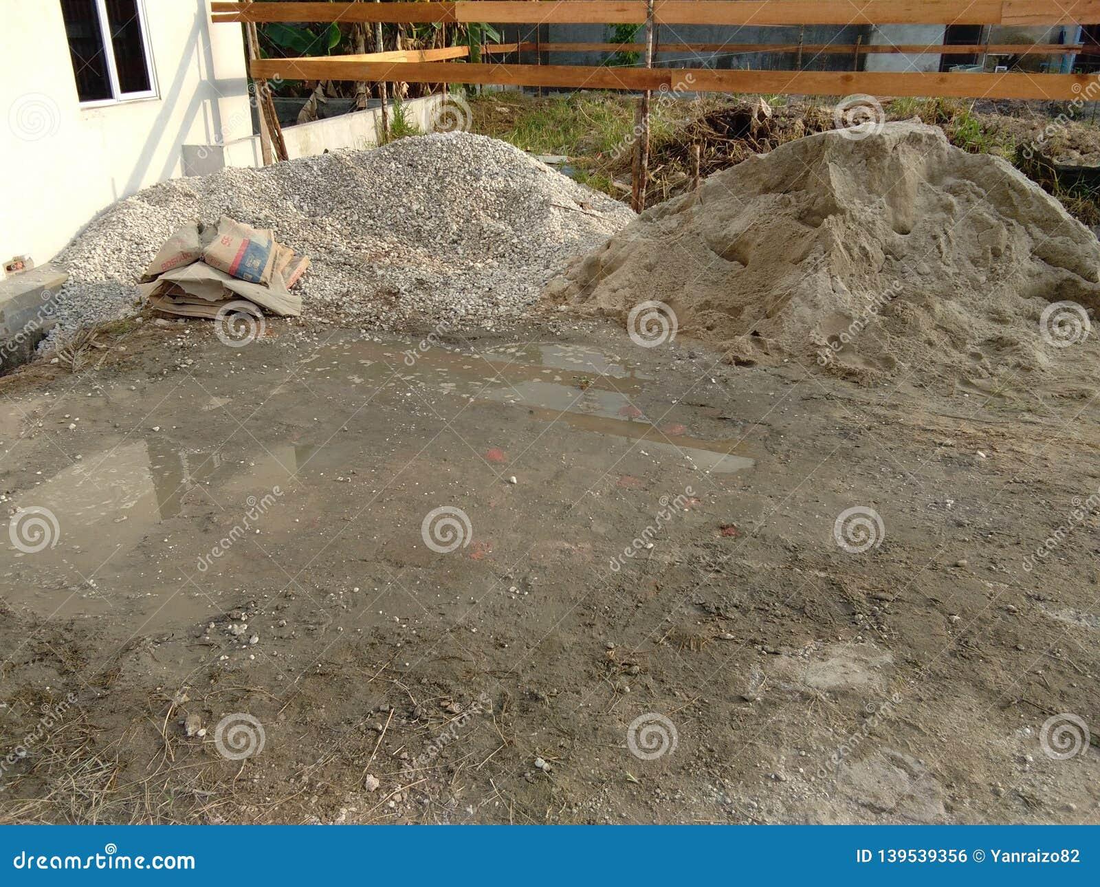 Matériaux de construction, pierre de gravier, avec la construction à l arrière-plan