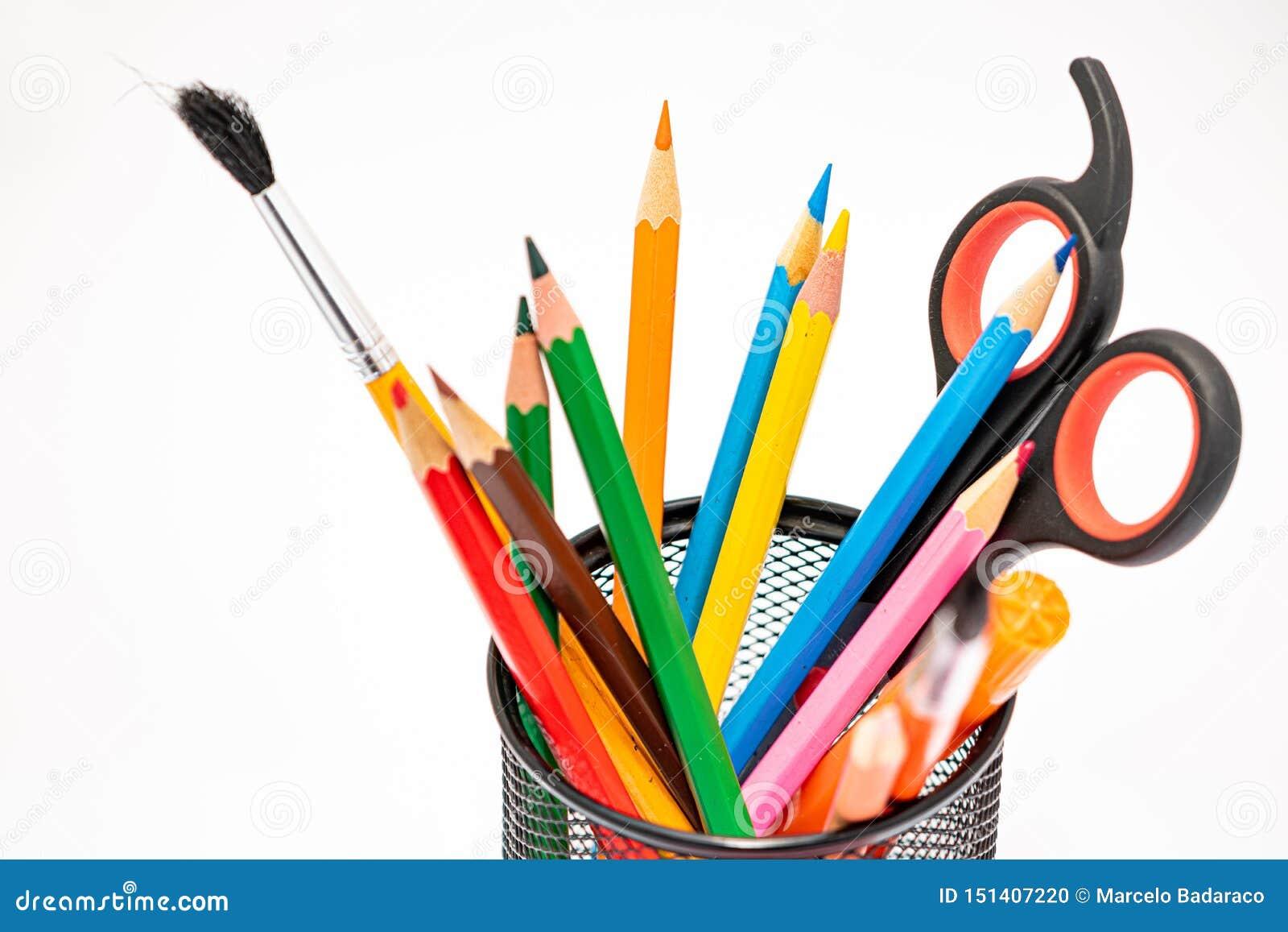 Matériaux de dessin tels que des crayons, des taille-crayons ou des ciseaux à l école