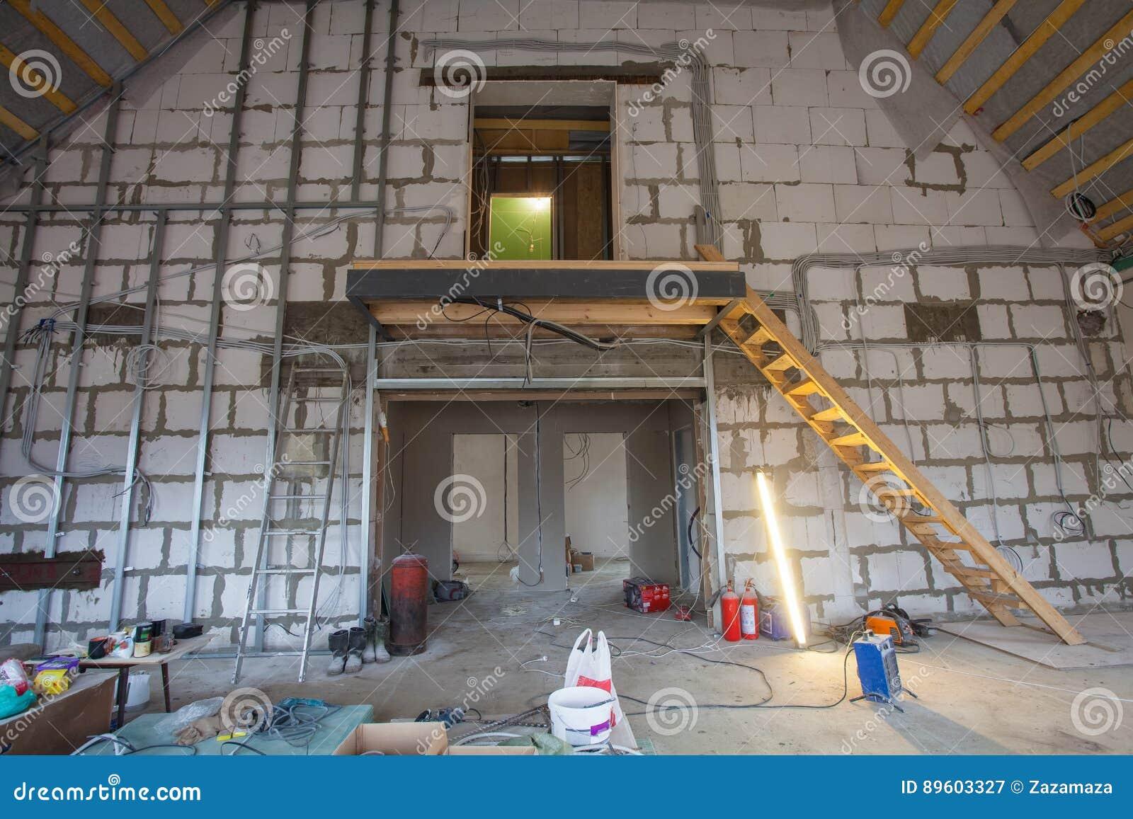 Matériaux pour des réparations et outils pour transformer dans un appartement qui est en construction et rénovation