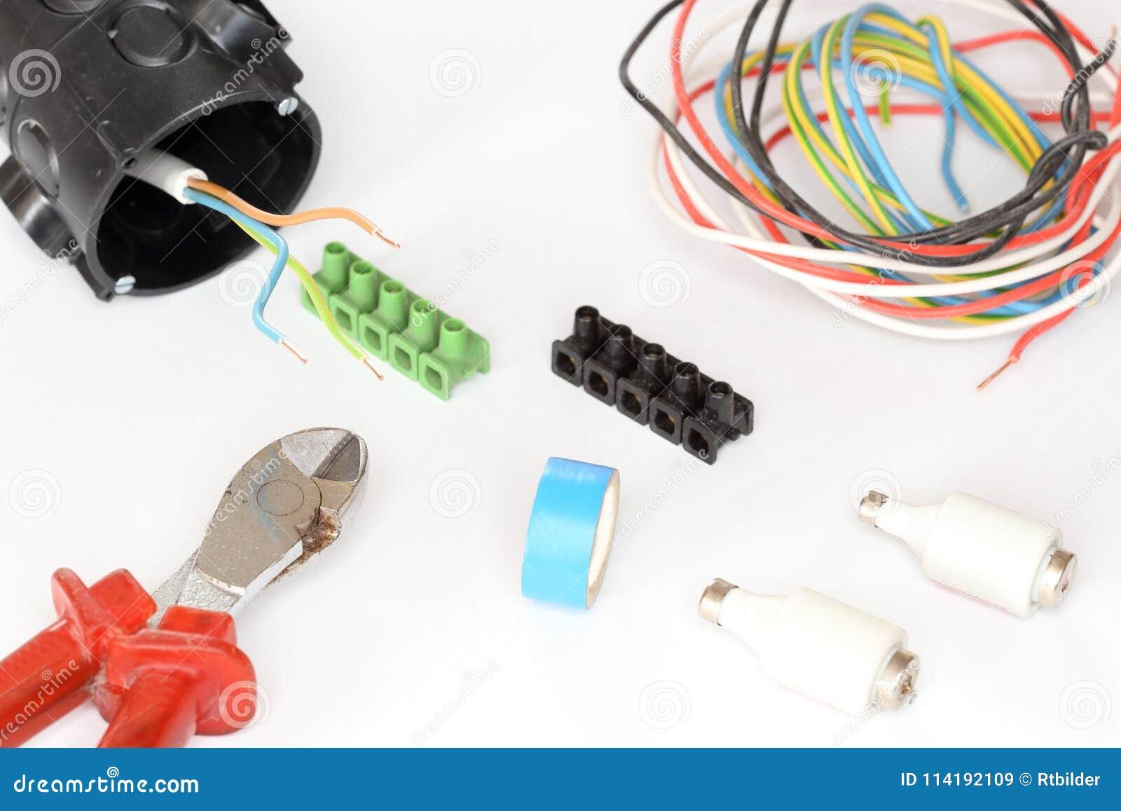 Matériel électrique avec le fil et les outils