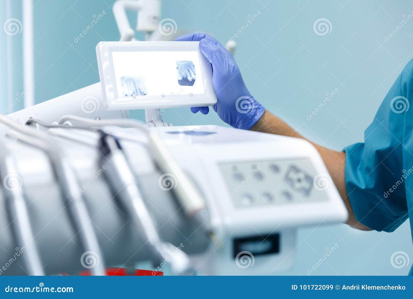 Matériel médical professionnel dans le bureau dentaire Concept de traitement