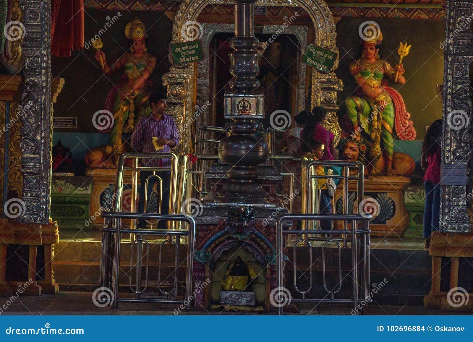 MATALE, ΣΡΙ ΛΆΝΚΑ - ΤΟ ΜΆΡΤΙΟ ΤΟΥ 2013: Εσωτερικό ναών Muthumariamman Sri