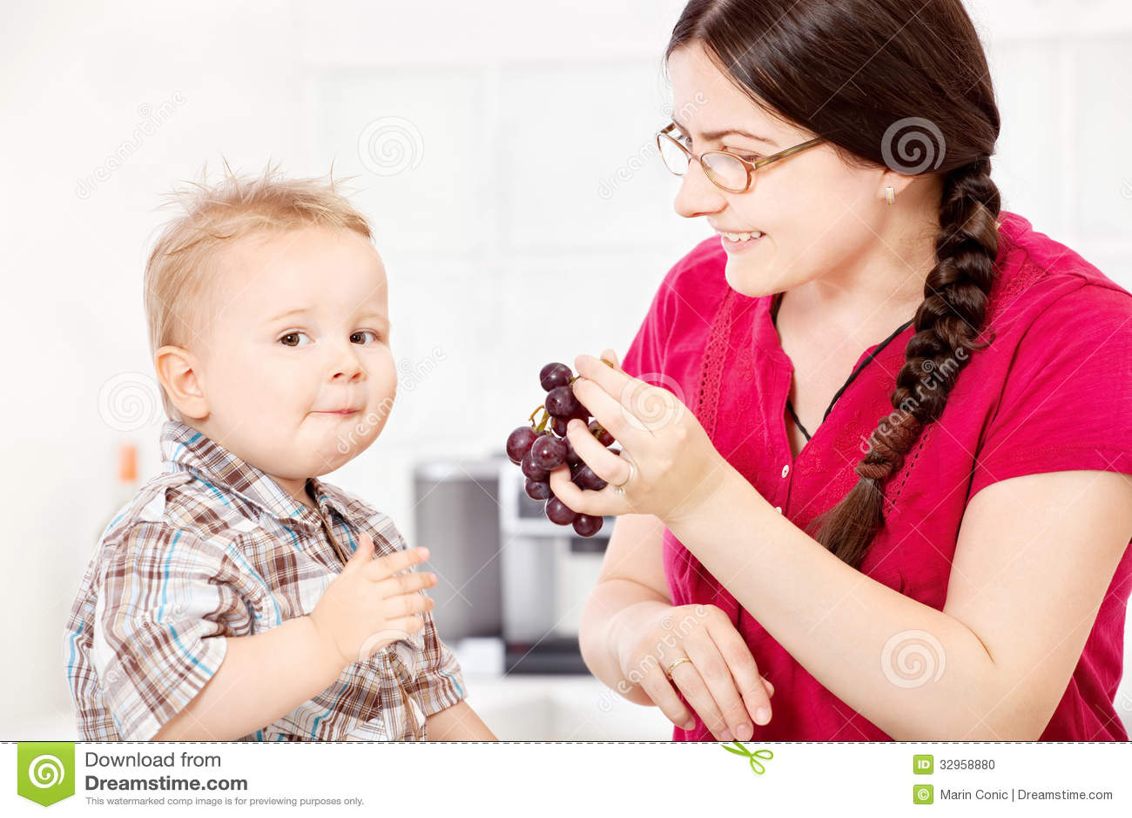 Matande barn för moder med druvan