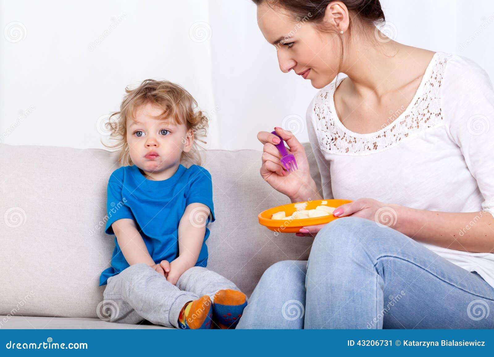 Download Matande Barn För Moder På Soffan Fotografering för Bildbyråer - Bild av gaffel, hungrigt: 43206731