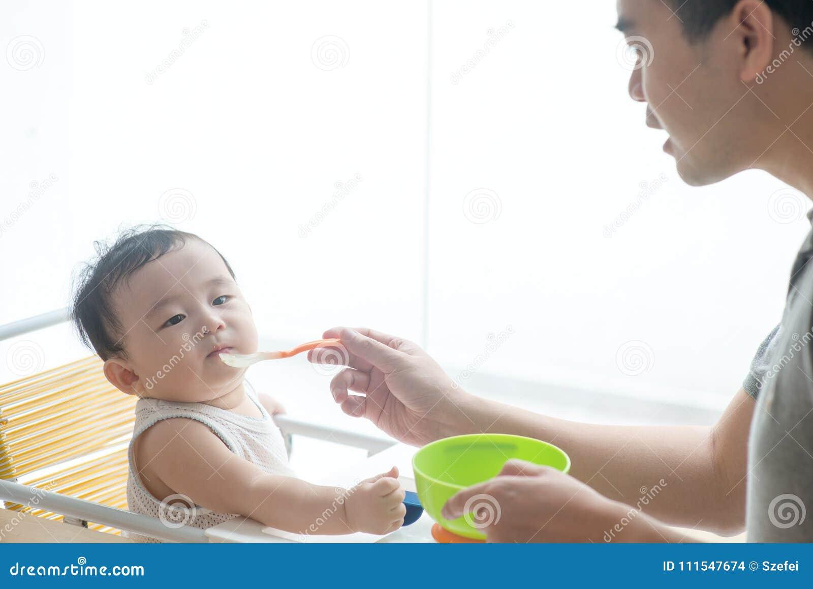 Matande barnmat för fader